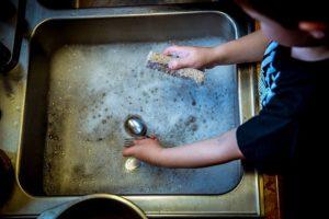 kind beim aufwasch