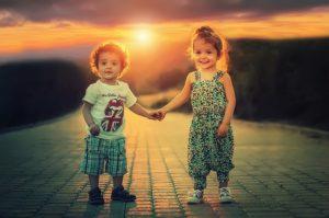 zwei fröhliche kleinkinder
